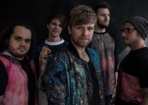 NEBE: Souřadnice jsou o hledání kapely, která pluje vesmírem a může se vydat milionem různých cest