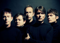 Suede si přivezou 16. listopadu do Prahy jako předkapelu britské indie trio Teleman