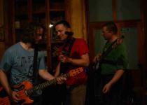 Folkový večer ve Schlattauerově kavárně, 4DOGS a Dan Vertigo zahráli Valašskému Meziříčí